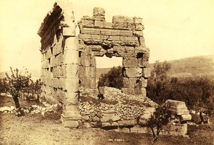 syria-ruin-of-phoenician-temple-at-hibbaryeh-near-banias