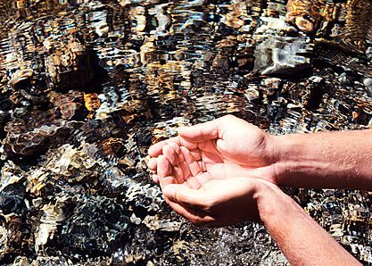 Bible warriors & soldiers: Gideon. Scooping water from a stream, using cupped hands