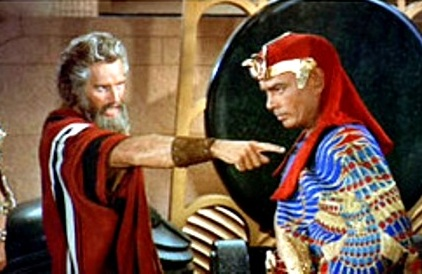 Moses speaks to Pharaoh, scene from the movie 'The Ten Commandments'