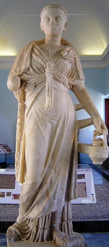 Clothes in ancient times: the clothing of a Roman priestess of Isis